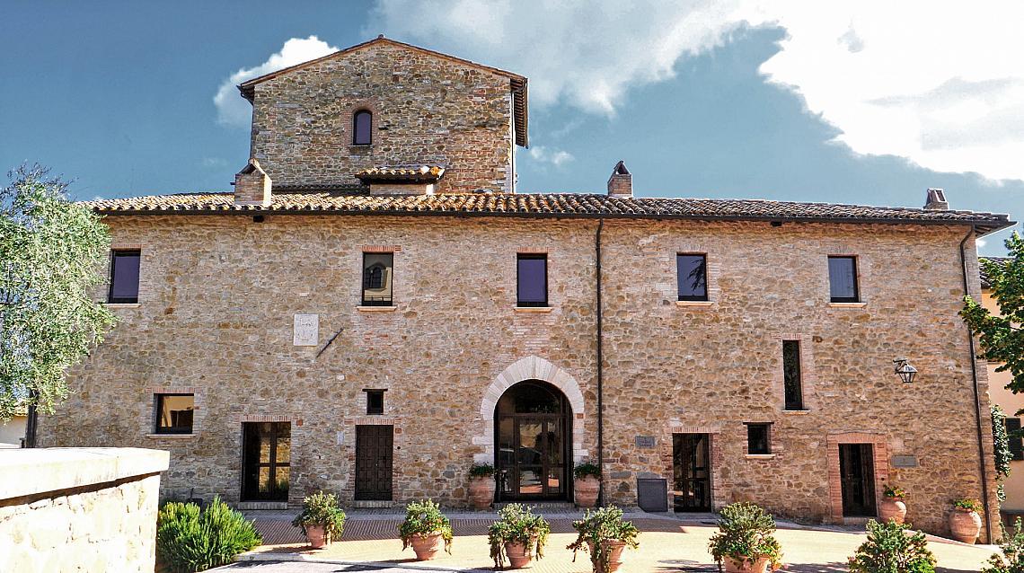Замъкът от XIV век, който първоначално е бил централа на модната марка Brunello Cucinelli