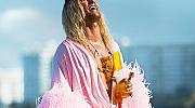 Мечтаем си за слънце, плаж, коктейли и розовата перната роба на Матю Макконъхи