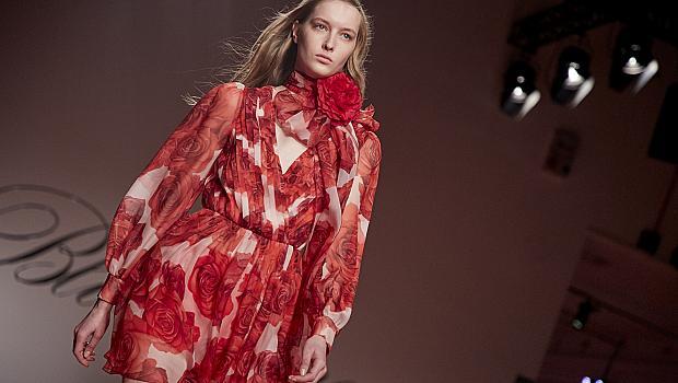 Зимните рокли с флорални елементи ухаят на пролет