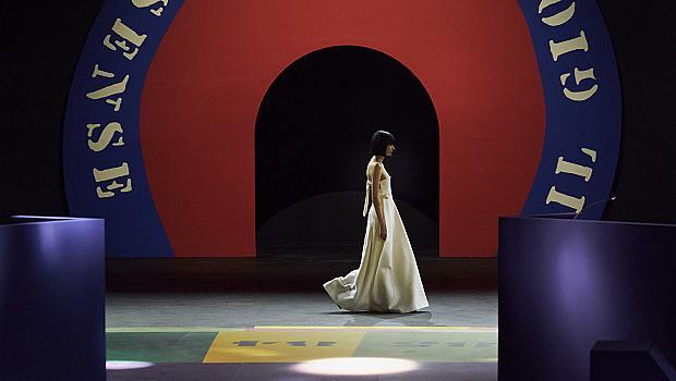 Моделите на Christian Dior дефилираха върху огромна настолна игра
