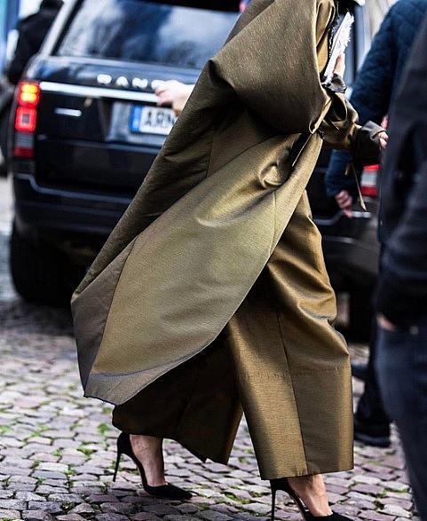 ДИНА АБДУЛАЗИС / @deenathe1st / Съпругата на саудитския принц на практика става световно известна и благодарение на личния й стил (освен красота, положение, образование, знания и т. н.) Тя комбинира европейските тенденции с източната скромност. Миналата година тя застана начело на Vogue Arabia, но по неизвестни причини е била освободена от длъжността.