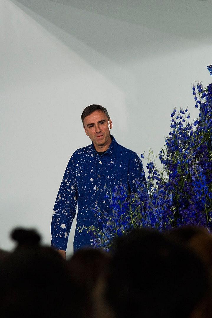 Раф Симънс на финала на представянето на последната си колекция за Dior пролет/лято 2016