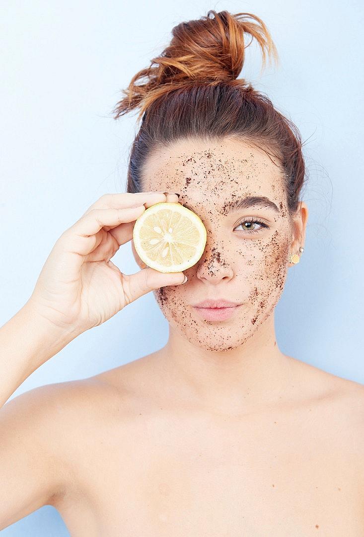 ЕКСФОЛИРАЙТЕ Така премахвате мъртвите клетки от кожата и й давате възможност да поеме полезните вещества, които й давате с козметиката за грижа. Чудесен домашен скраб може да си направите със зехтин и захар. Ексфолирайте поне два пъти седмично.