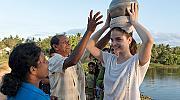 Барбара Палвин се учи да пести вода и да изхвърля боклука разделно