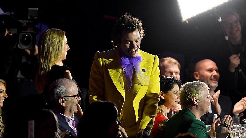 Хари Стайлс облечен в костюма на Лейди Гага от корица на ELLE