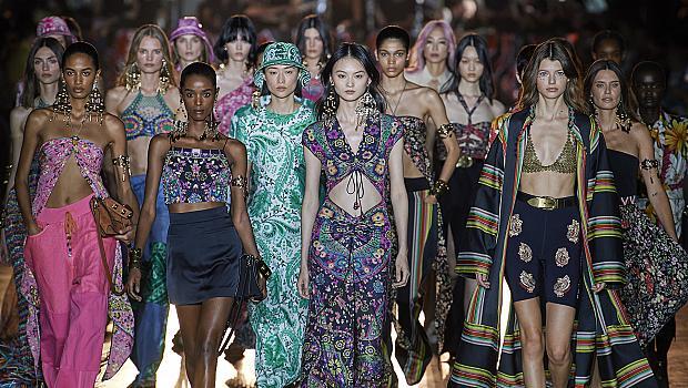 Модното шоу на Etro създаде цветна пролетна атмосфера на подиума