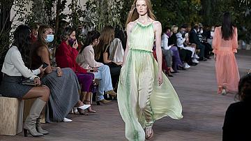 Дългите дизайнерските рокли, които превърнаха моделите на подиума в принцеси