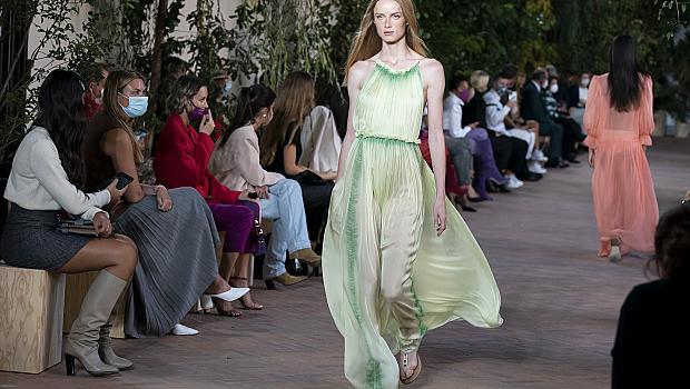 Дългите дизайнерски рокли, които превърнаха моделите на подиума в принцеси