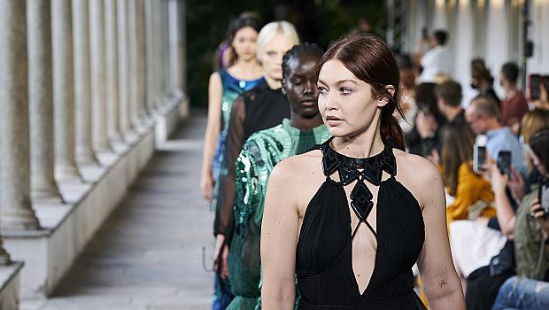 Alberta Ferretti се връща обратно към чувствените и женствени рокли