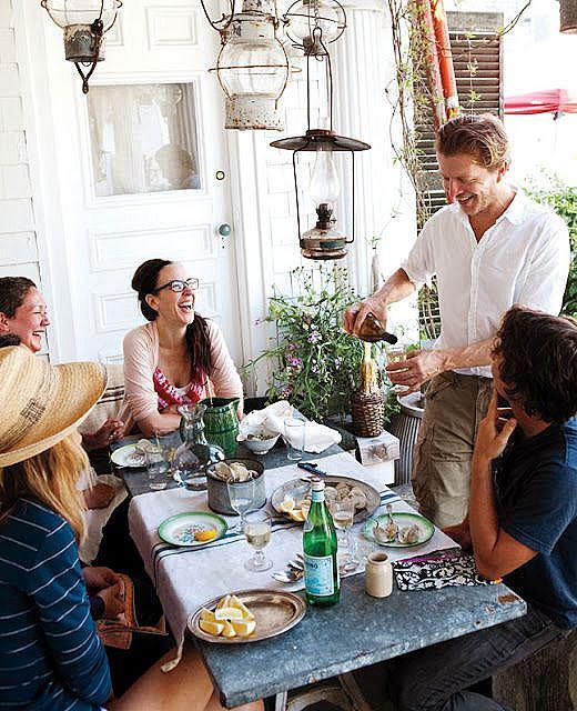 """ПРИЕМАЙТЕ ПОМОЩ / Изпращате поканите и веднага някой ви пита """"Какво да нося?"""" Подсъзнателно искате да се възпротивите на това – според вас един домакин трябва да направи всичко сам. Зарежете това и му кажете: """"Донеси десерт!"""" Всеки от гостите ви ще бъде развълнуван да допринесе с нещо за веселбата."""