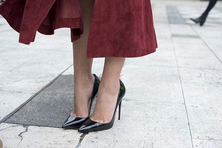 Моделът Pigalle на Christan Louboutin, кръстени на парижкия площад Пигал, дома на Мулен Руж. Това са най-емблематичните обувки на дизайнера. И любимите на Кейт Мос (едва ли ще я видите с друг модел на червения килим!).