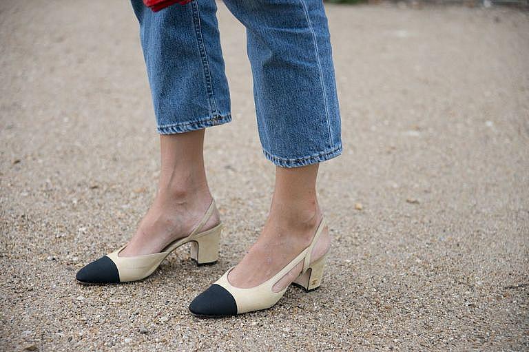 Двуцветните обувки без пета на Chanel, които напомнят за модела, създаден от Коко Шанел през 1957 г.