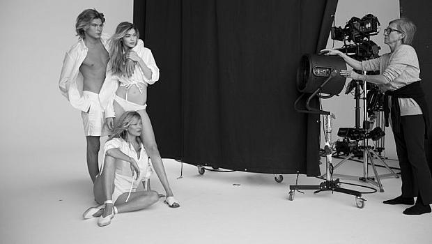Кейт Мос и Джиджи Хадид във фотосесия с бели ризи