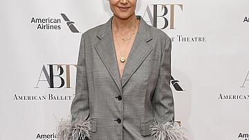 Кейти Холмс в сив костюм с пера