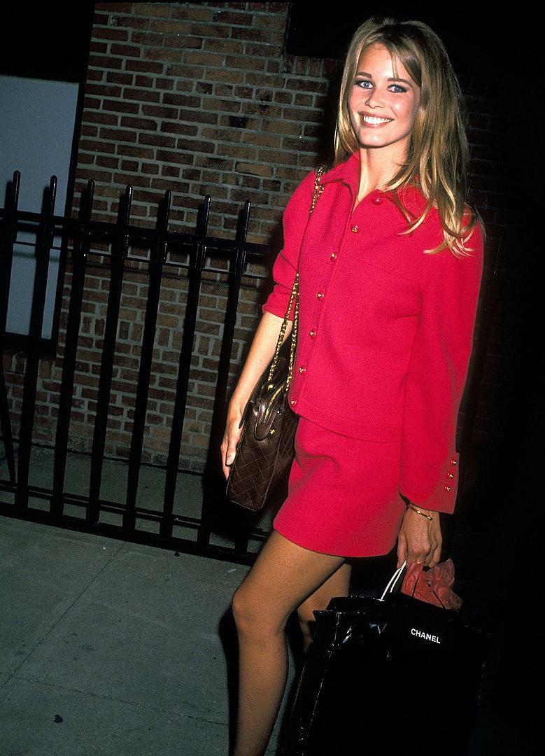 Каудия Шифър в най-тренди цвета на 2019-та - фуксия, излизайки от шоу на CHANEL през 1991-ва година.
