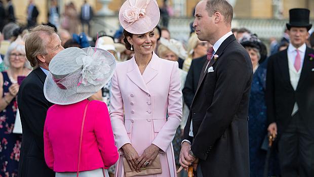 Принц Уилям и Кейт с мил жест към своите фенове