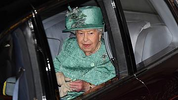 Защо кралицата носи ръкавици, дори докато е в двореца?