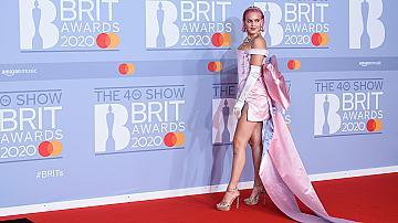 Роклите, които се разходиха по червения килим на BRIT Awards