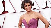 Люлякова рокля и нова прическа - Хали Бери на червения килим на Оскари 2021