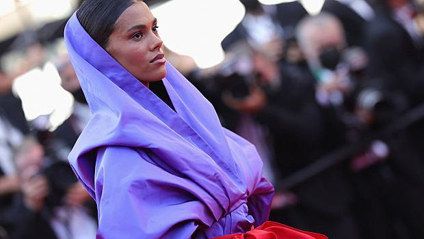Божествена! Най-обсъжданата рокля в Кан е виолетовото кимоно на Тина Кунаки