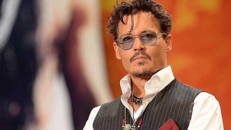 """Джони Деп е уволнен от снимките на """"Фантастични животни"""" заради скандала с Амбър"""