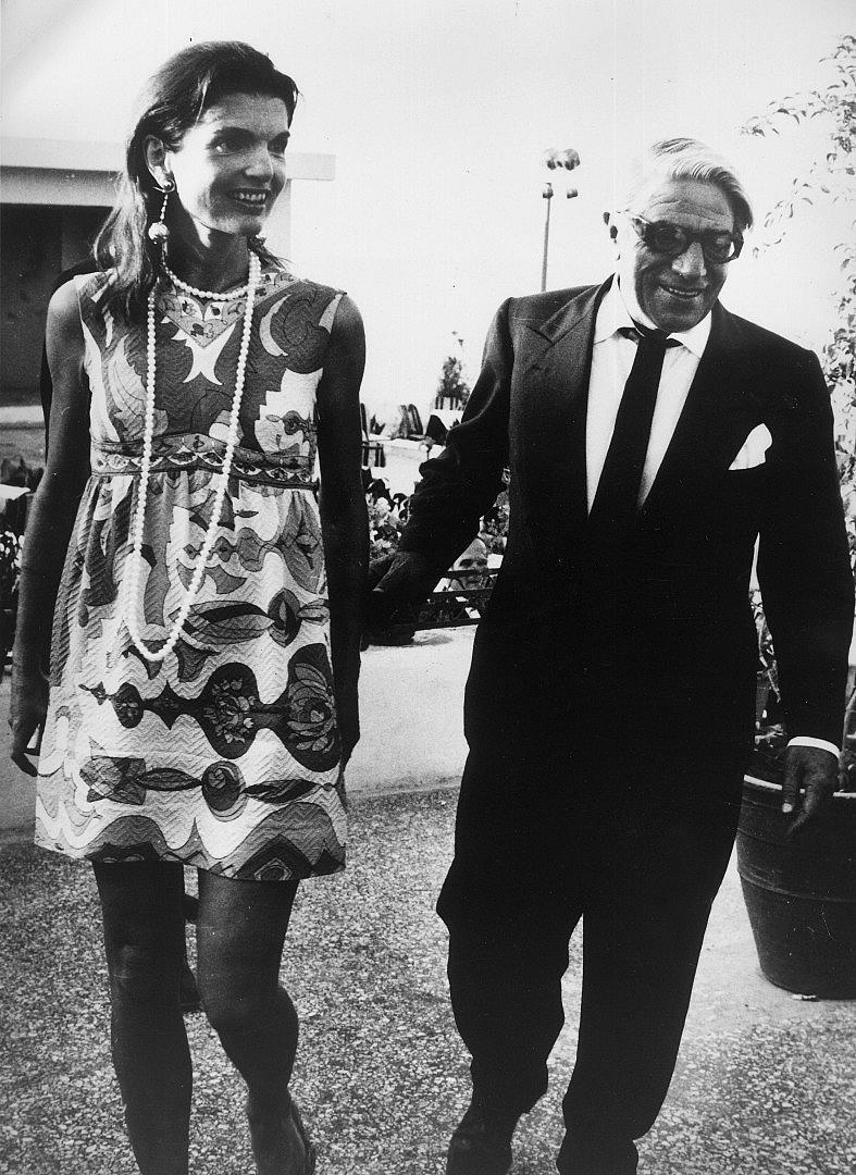 Печели голямо дело срещу папарак. През 1968 г., малко след като се омъжва за милионера Аристител Онасис, Джаки става любима жертва на папараците. Един от най-досадните фотографи, който я преследва навсякъде, е Рон Галея, който запечатва всеки момент от живота й. През 1973 г. тя завежда дело срещу него за тормоз. Съдът решава, че той няма право да я доближава на по-малко от 10 метра. Въпреки всичко папаракът продължава да я преследва, като започва да си носи метърче, за да не наруши съдебната заповед. Отказва се чак след като Джаки завежда второ дело срещу него.