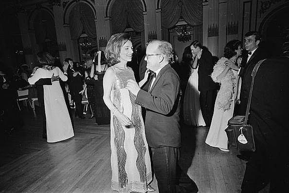 """Труман Капоти танцува със сестрата на Джаки Кенеди, Лий Радзивил, по време на """"Черно-белия бал"""" в """"Плаза"""""""