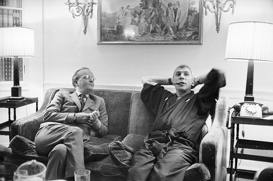 Труман Капоти (1924 - 1984) на един диван с режисьора Ричард Брукс (1912 - 1992). Година преди това Брукс режисира екранната адаптация на книгата на Капоти