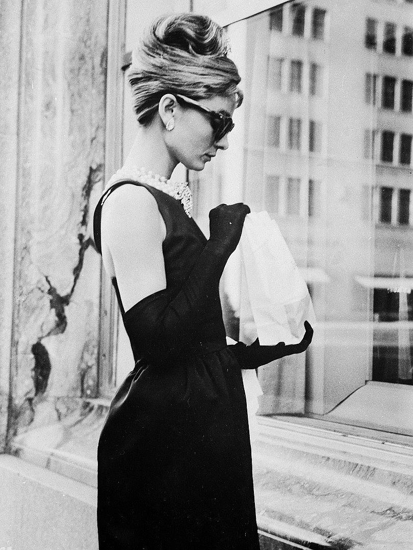 """Холи Голайтли - героинята от романа """"Закуска в Тифани"""" - сцена от филма."""