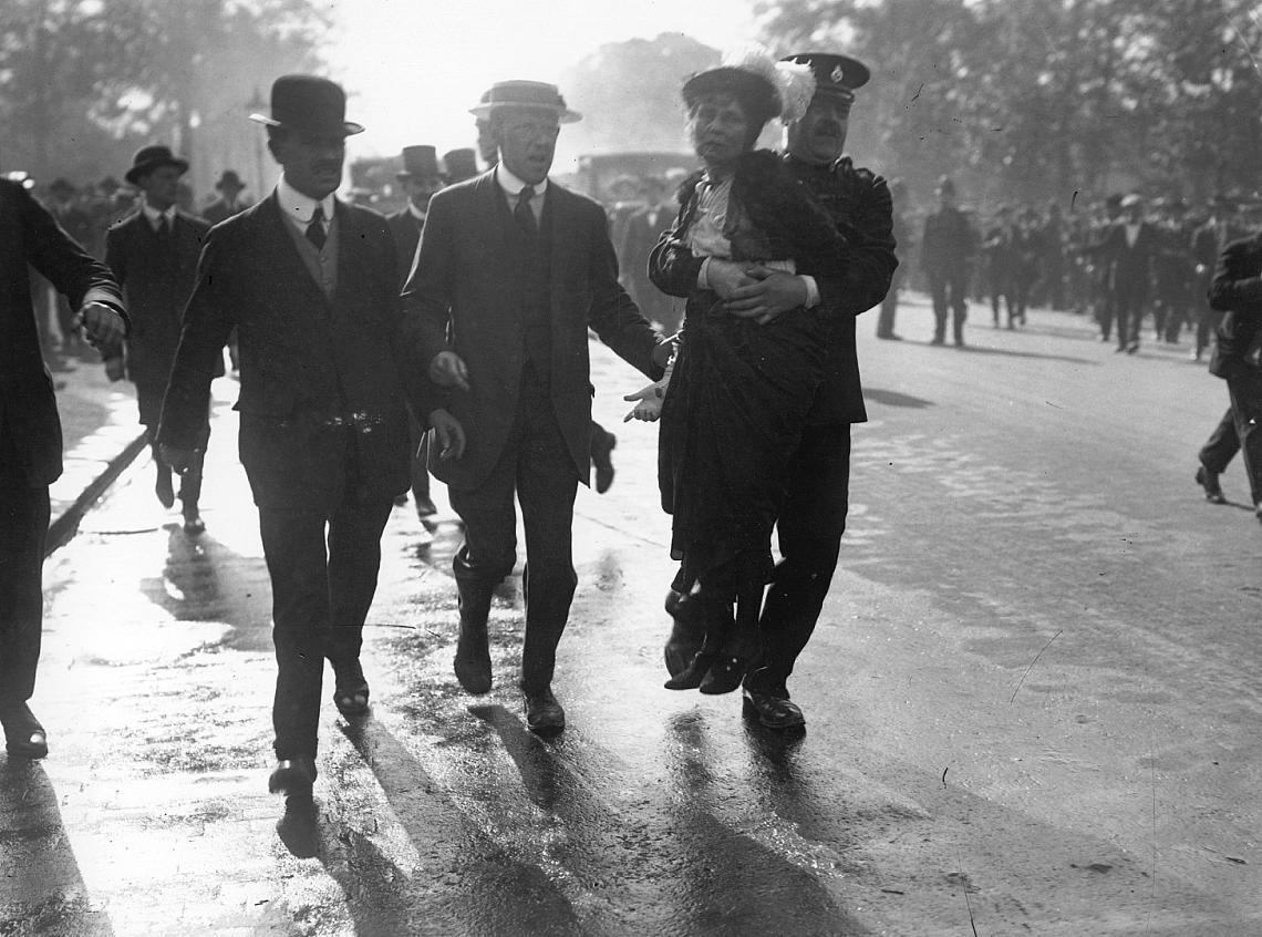 ЕМЕЛИН ПАНКХЪРСТ Включена в класацията на Time за 100-те най-важни хора на XX век, тя е лидер на британското суфражетно движение. През целия си живот се бори за това, жените да получат право да гласуват. Отдадена е и на борбата за полово равенство в обществото, като основава Women Social and Political Union (WSPU). Панкхърст умира през 1928 г., няколко седмици преди жените официално (след 21 г. възраст) да получат право на глас.