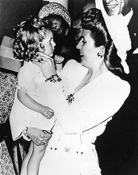 """Първата дама на Аржентина, Ева Перон, с френско момиченце в ръце, """"Риц"""", 1947 г."""