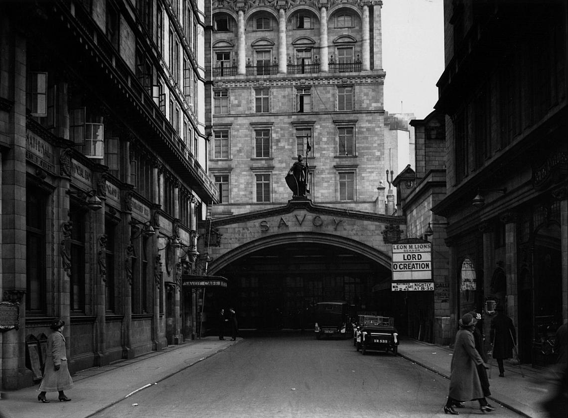 """Улицата към хотел """"Савой"""" е единствената в Лондон с дясно движение, 1924 г."""
