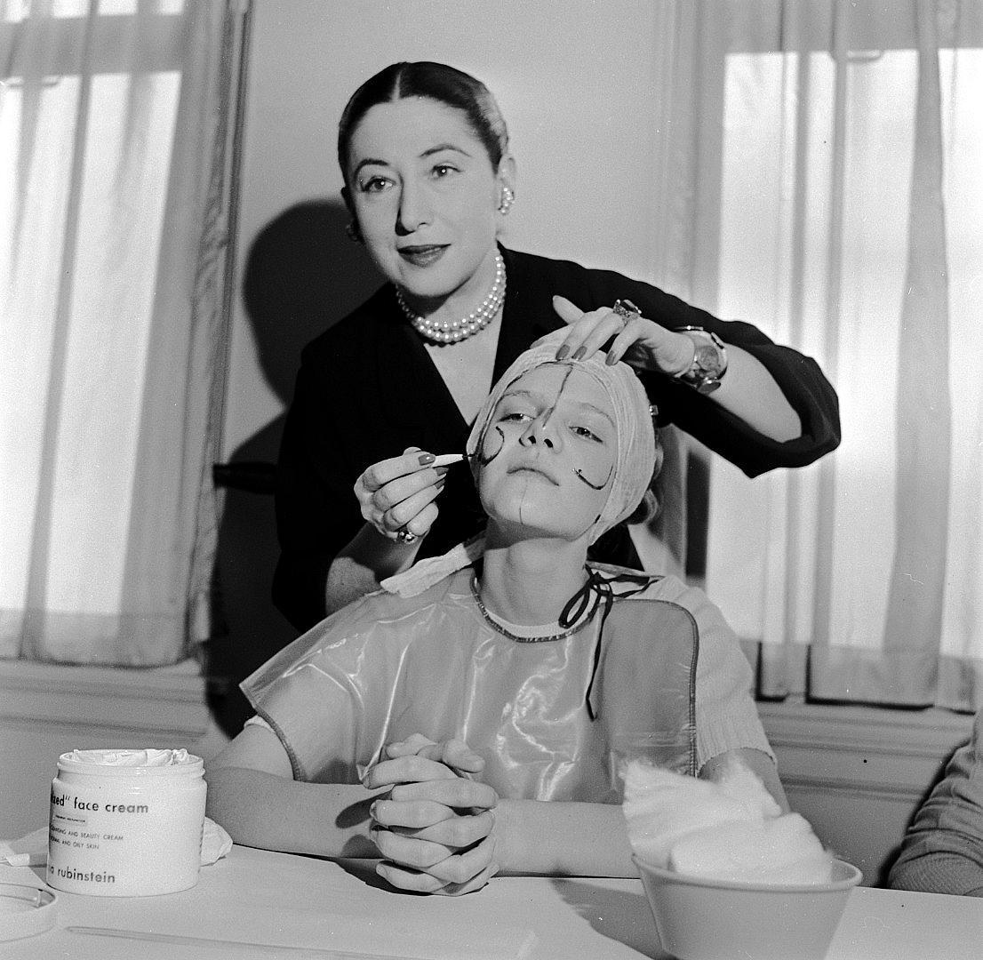 """ХЕЛЕНА РУБИНЩАЙН Създател на собствена козметична империя, Хелена Рубинщайн преоткрива красотата, адаптирайки я към модерния свят. Създава известния черен крем и водоустойчивата спирала. """"Мадам"""", известната милиардерка, покрита с диаманти, нарисувана от Дали и снимана от фотографа Сесил Бийтън, има невероятна съдба, достойна за роман. Родена през 1872 г. в Краков в еврейско семейство с осем дъщери, Хелена бързо обръща гръб на условностите и насочва погледа си към по-мащабни идеи. Умира като космополитна принцеса на 93 в Ню Йорк. До 20 август в Музея на изкуството и историята на юдаизма в Париж можете да разгледате изложбата, посветена на нея. Прочетете и книгата на Мишел Фетуси """"Helena Rubinstein, the woman who invented beauty""""."""