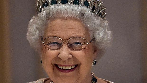Кралица Елизабет II ще предаде трона на принц Чарлз през следващата година