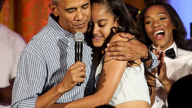 Барак Обама направи серенада на дъщеря си Малия (видео)