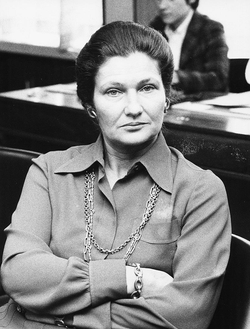 СИМОН ВЕЙ Емблематична фигура за борбата на жените. През 1974 г. като министър на здравеопазването тя успява да прокара закон за прекъсване на бременност по желание на жената (Законът на Вей). Заема позиция, дотогава недостъпна за жени – първи секретар на Върховния съвет на съдебната власт, първата жена в Съвета за радио и телевизия на Франция и първата жена председател на Европейския парламент. Родена в еврейско семейство, тя е депортирана на 16 години в Аушвиц, където загиват родителите и брат й.