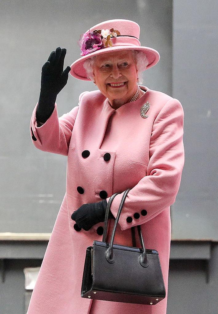 Елизабет II може да пътува без паспорт. Макар и всички паспорти на жителите на кралството да са издадени от името на кралицата, самата Елизабет не е длъжна да има такъв документ в себе си.