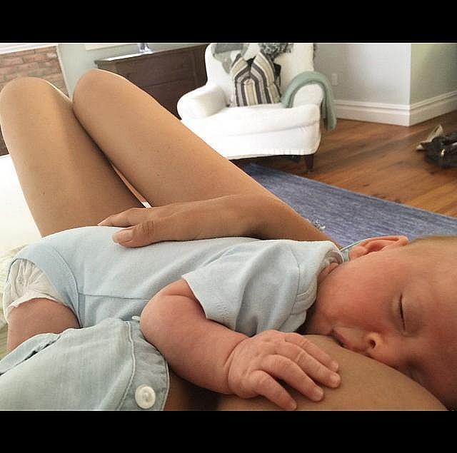 Съпругата на Алек Болдуин Хилария кърми второто им дете.