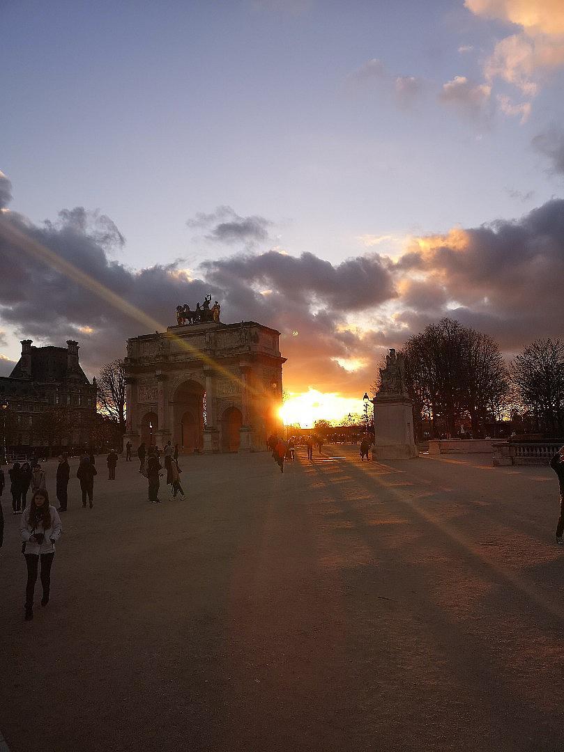 """Залязващото слънце красиво се пречупва в триумфалната арка на площад """"Карусел"""""""