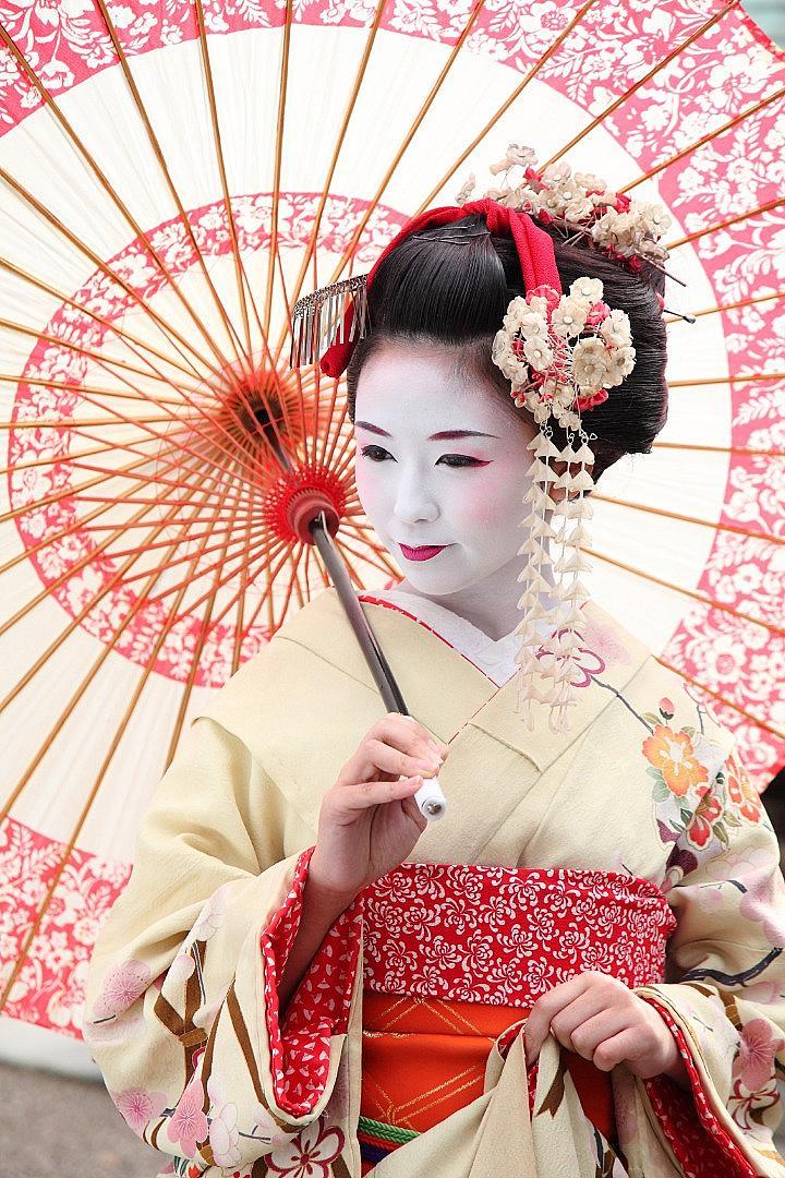 ПРИГОТОВЛЕНИЯ  За Япония големите козметични марки създават специално лимитирани продукти... за гейши. По традиция в състава им влизат избелващи съставки – пудра и крем, ярко червило, водоустойчива очна линия. Съвременната гейша използва перука или кок. Ежедневно в разкрасяване тя изкарва около 4 часа.