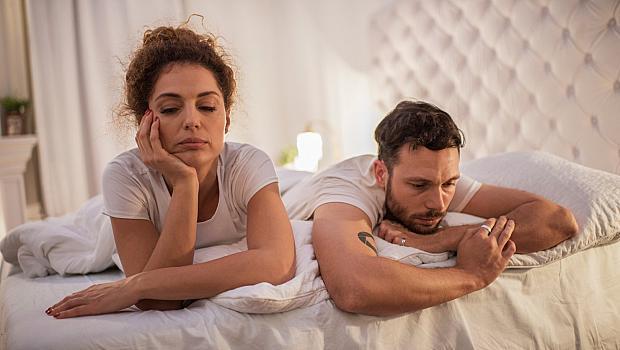 Защо обичаме да говорим след секс?
