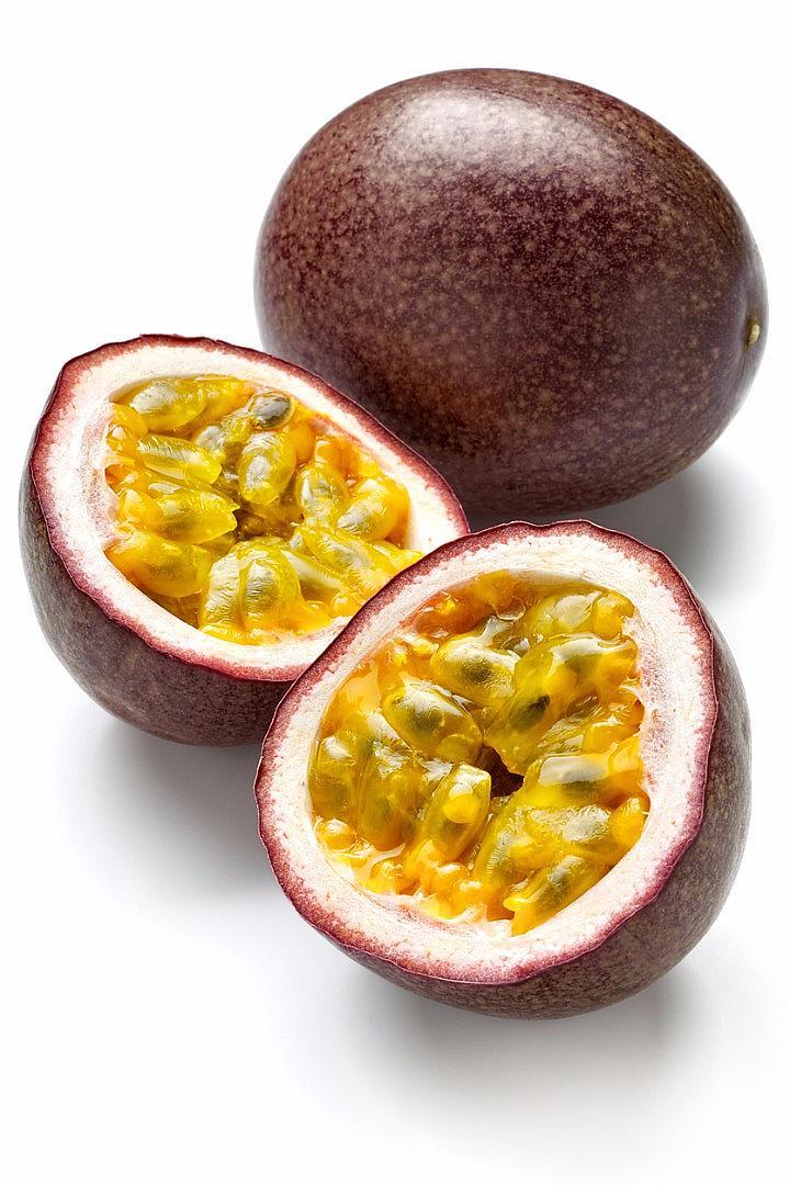 МАРАКУЯ / Този плод не е лесно да се намери в магазините, но си заслужава да го потърсите. Плодът е готов за консумация само ако кората му е изсъхнала – внимавайте, когато го избирате. В един плод маракуя се съдържа 9% от дневната норма витамин С и само 17 калории.