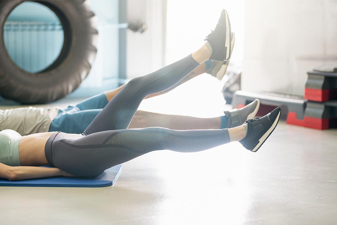 <p><strong>3. Силни крака = плоско коремче</strong></p><p>Упражненията за крака ще ви отърват от мазнините около талията по-бързо и от стотици коремни преси на ден. Причината е, че по принцип не могат да се намалят мазнините само в една част на тялото. Те са навсякъде и тайната е да увеличите разхода на калории. Това ще стане като наблегнете на краката, защото там се намират най-големите мускули в човешкото тяло.</p>