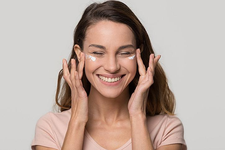 3. Затоплете между дланите си няколко капки серум с озаряващ ефект, след което притиснете лицето с длани, като наблягате върху околоочната зона, челото, брадичката и бузите. Нанесете после и любимия си крем за лице и очи.
