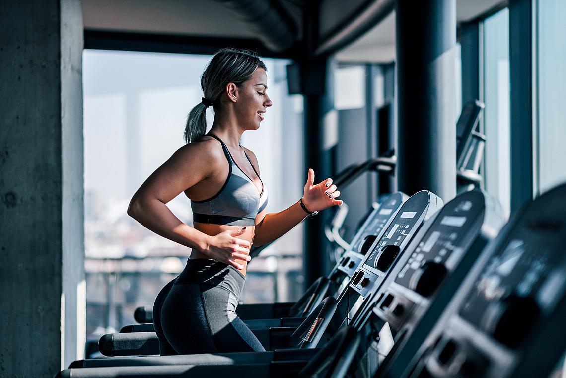 <p><strong>7. По-дълга тренировка = повече изгорени мазнини</strong></p><p>Ако искате да отслабвате с кардио упражнения, помнете, че тялото няма как да влезе в режим на горене на мазнини преди да са минали 30 минути от началото на тренировката. В началото тялото ви черпи енергия и от мускулите, и от мазнините в отношение 50 на 50. След около час отношението става 75% на 25% в полза на мазнините . </p>