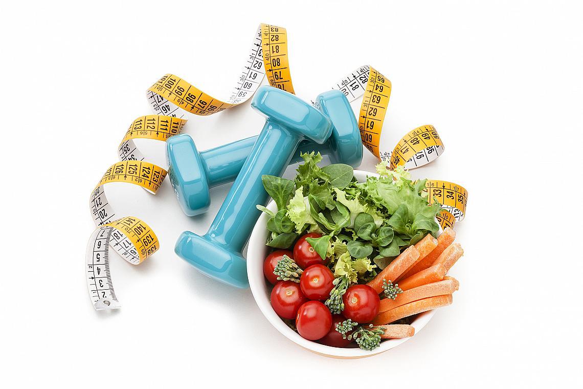 <p><strong>8. Яжте по 5 пъти на ден.</strong></p><p>Вместо три големи хранения за деня, опитайте да изядете същото количество храна, но разделено на 5. Хапването стимулира метаболизма, но ако ядете прекалено много, то това ще ви измори и ще ви направи сънливи. <br></p>