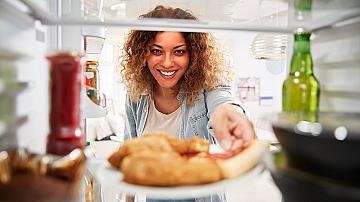 Какво ни кара да посягаме към хладилника през час и как да се преборим с това?