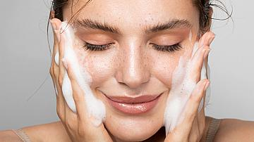 Защо трябва да почистваме лицето си по два пъти?
