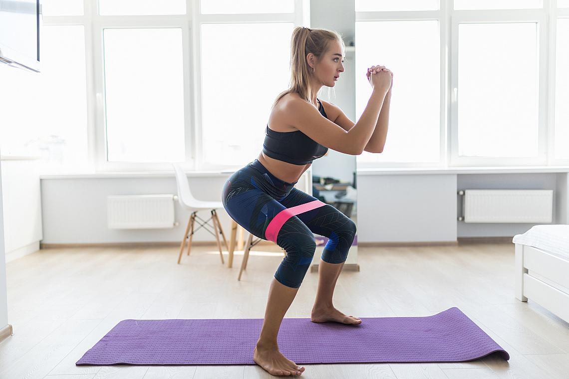 <p><strong><em>Клекове с ластик</em></strong></p><p>При изпълнение на упражнението не вдигайте раменете си. Отпуснете ги назад. Дръжте гърба си изправен. Ако изкривите гърба, ще претоварите кръста си, а това ще ви причини болки.</p><ul><li>4 серии х 15 повторения</li></ul>