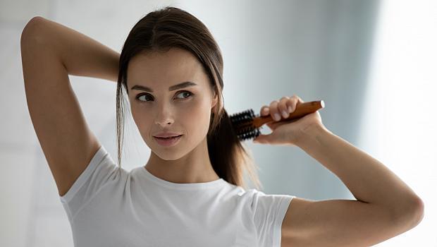 Как правилно да измием четката за коса?